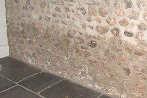 Pared de piedra empapada por humedad por capilaridad