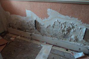 revestimiento/pared deteriorada con sales por filtración de agua bajo cota cero