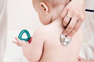 Doctor oscultando a bebe