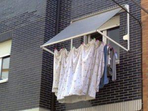 Ropa tendida en el exterior para mantener un hogar seco