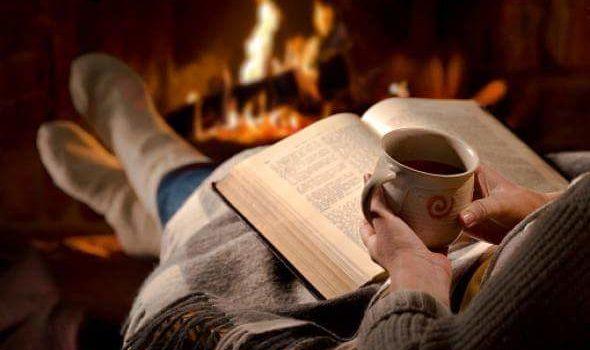 Leyendo ante la chimenea